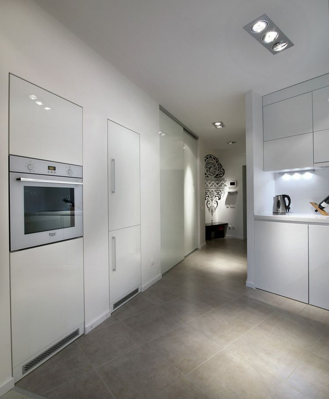 Một hành lang nhỏ dẫn vào phòng khác với 1 bên là bếp, khu vệ sinh, phía còn lại là không gian nghỉ ngơi và tủ để đồ.