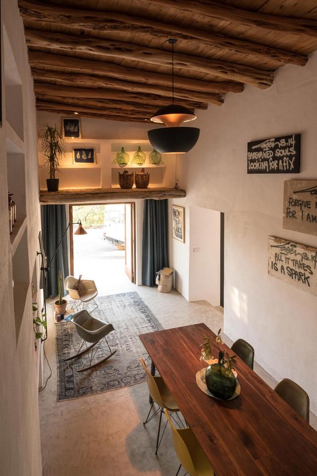Không gian tiếp khách, bàn ăn và hai phòng ngủ được ưu tiên bố trí ở khối nhà lớn. Nơi đây được thiết kế pha trộn giữa nét cổ điển với hiện đại.