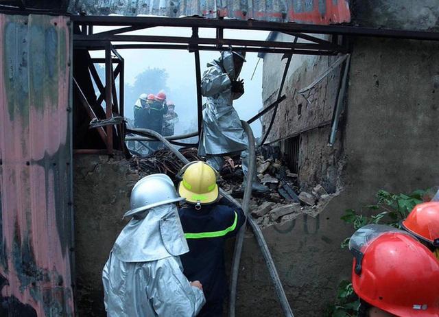 Đội cứu hỏa tiến hành dập lửa