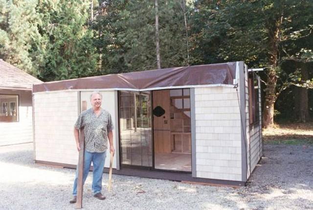 Sở dĩ như vậy bởi chủ nhân thiết kế nó ông Chris Heininge – một người rất yêu những ngôi nhà nhỏ. Thời trẻ, Chris từng sống ở Nhật Bản, Hong Kong, Macau và Ấn Độ. Nhà của người dân ở những khu vực này thường được thiết kế đơn giản và thanh lịch.