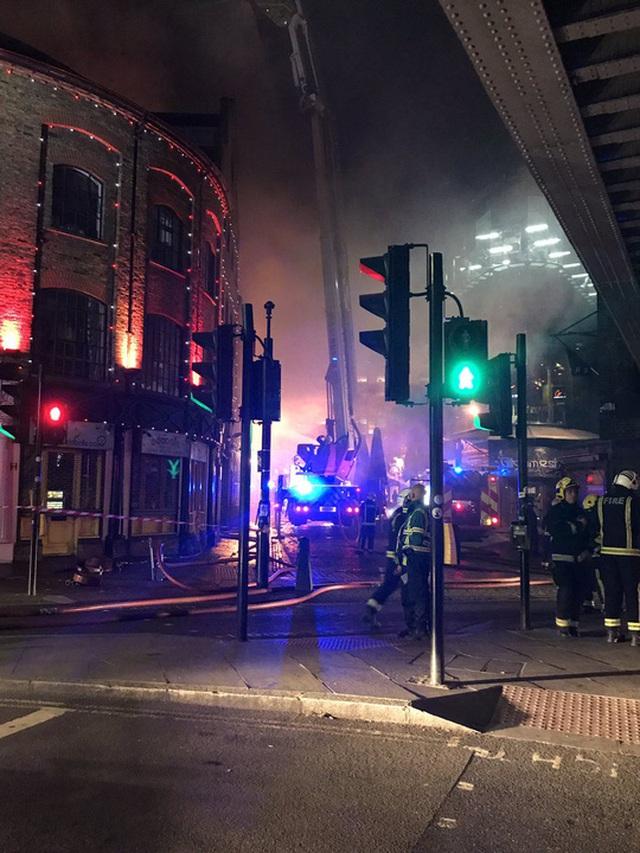 Lực lượng cứu hỏa nỗ lực khống chế đám cháy. Ảnh: Twitter