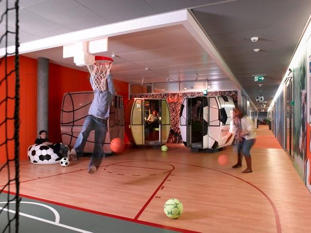 Các kỹ sư của Google tại Zurich có thể giải trí bằng vài ván bóng rổ ngay trong văn phòng làm việc