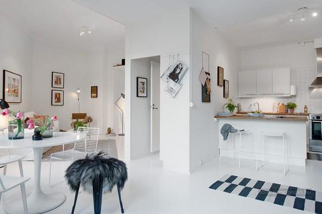 Bao trùm toàn toàn căn hộ là sắc trắng tinh khiết từ sàn nhà, tường, trần nhà cho đến những món đồ nội thất bên trong.