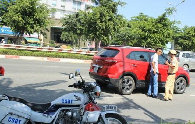 Vay mua xe, ngân hàng giữ giấy tờ gốc mà ra đường cảnh sát giao thông kiểm tra không chấp nhận chứng từ công chứng thì rất phiền toái.