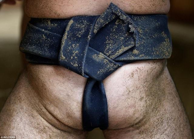 Hãng tin Reuters đã ghi lại cuộc sống của các võ sĩ sumo tại một ngôi đền Phật giáo trong giải đấu Sumo Nagoya Grand bắt đầu từ tuần trước.