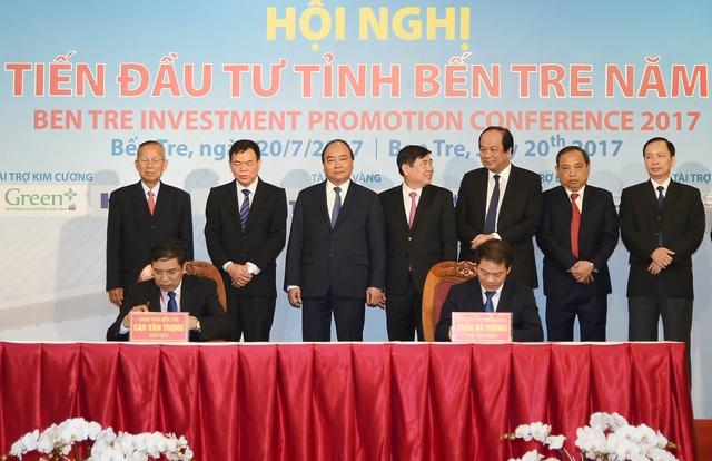 Thủ tướng Nguyễn Xuân Phúc chứng kiến một số lễ ký kết và trao giấy hợp tác đầu tư của các doanh nghiệp với tỉnh Bến Tre. Ảnh: VGP/Quang Hiếu