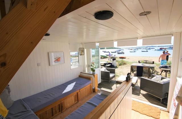Toàn bộ căn nhà có diện tích chỉ khoảng 15m2. Bên trong được bố trí đơn giản, phía dưới là phòng khách, bếp. Trên gác xép là giường ngủ dành cho 2 người.
