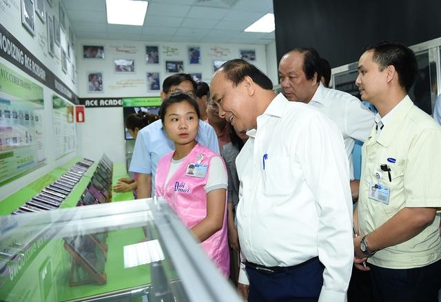 Thủ tướng Nguyễn Xuân Phúc tham quan khu đào tạo công nhân của Samsung. Ảnh: VGP/Quang Hiếu