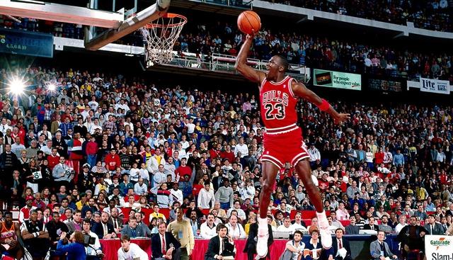 Huyền thoại Michael Jordan nổi tiếng với những cú nhảy cao
