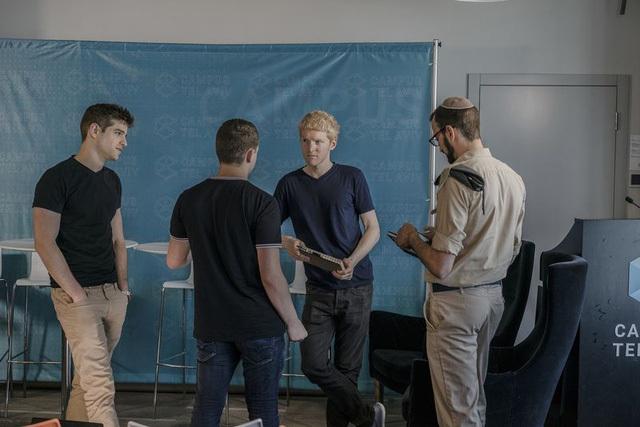 Patrick thăm không gian sự kiện của Google ở Tel Aviv