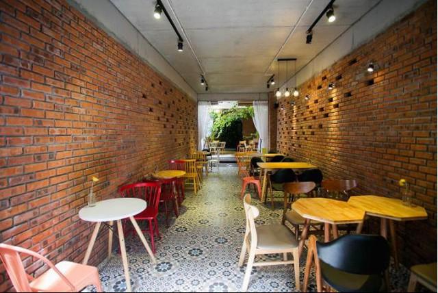 Trên dải đất dài ngôi nhà được xây 2 tầng với không gian tầng 1 dùng làm nơi kinh doanh café, tầng 2 là khu sinh hoạt và nghỉ ngơi của cả gia đình 4 thành viên.