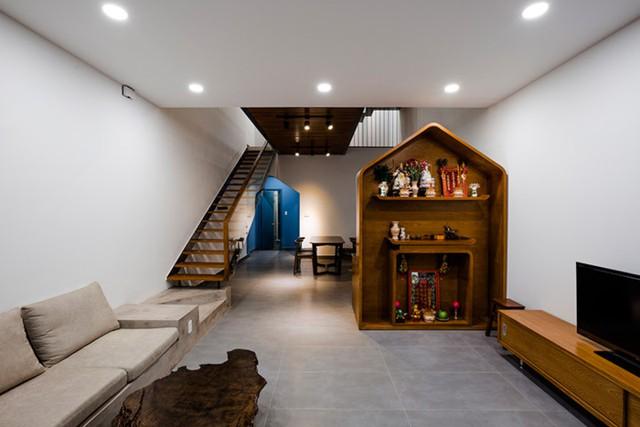 Không gian tầng 1 được bố trí linh hoạt với phía trước nhà là chỗ để xe, bên trong lần lượt là phòng khách, bếp, khu về sinh nhỏ và trong cùng là một phòng ngủ.