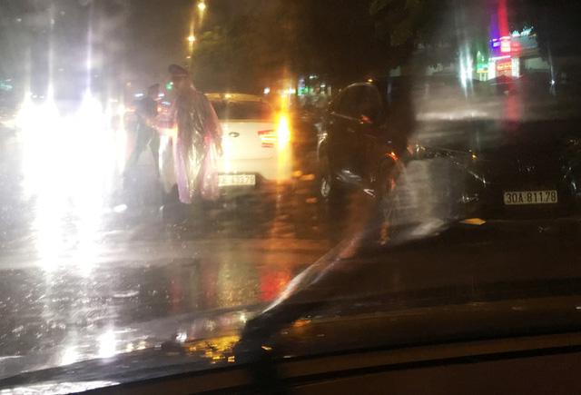 Tối 16/8, khi các chủ xe đi làm về đã bị Công an quận Hoàng Mai lập chốt, chặn không cho vào bãi.
