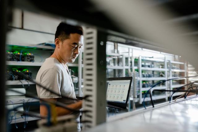 Nhân viên bảo trì đang kiểm tra các cỗ máy đào bitcoin