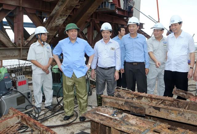 Phó Thủ tướng Vương Đình Huệ đề nghị tỉnh Quảng Ninh, chủ đầu tư, các nhà thầu bảo đảm chất lượng và tiến độ công trình như đã cam kết. Ảnh: VGP/Thành Chung
