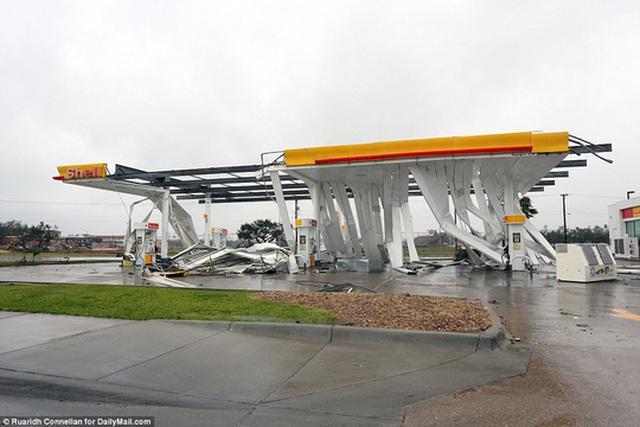 Một trạm xăng dầu bị bão Harvey tàn phá. Ảnh: Daily Mail