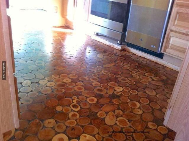 Một lớp vữa được lấp đầy các khoảng trống giữa những khúc gỗ và lớp nhựa công nghiệp Polyurethane được tráng trên bề mặt để làm cho sàn thêm nhẵn mịn. Thành quả là một sàn nhà hoàn toàn tự nhiên và trông rất ấm áp!