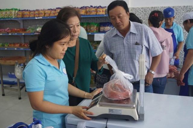 nhiều nơi bán thịt heo giá rẻ để kích thích thị trường, giúp nông dân.