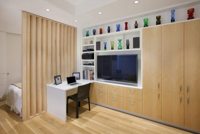 Không gian phòng khách, bếp được thiết kế mở két hợp với gam màu sáng của nội thất và tường nhà khiến căn hộ nhỏ trở nên rộng rãi hơn.