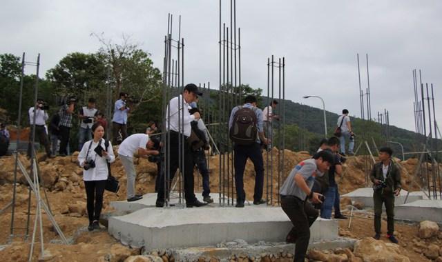 Ông Huỳnh Đức Thơ (Chủ tịch UBND TP Đà Nẵng) cùng lãnh đạo TP kiểm tra, xử lý dự án khu sinh thái biển Tiên Sa tại bán đảo Sơn Trà. Ảnh: LÊ PHI