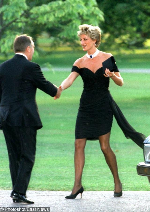 Bức ảnh công nương Diana mặc trang phục màu đen năm 1994