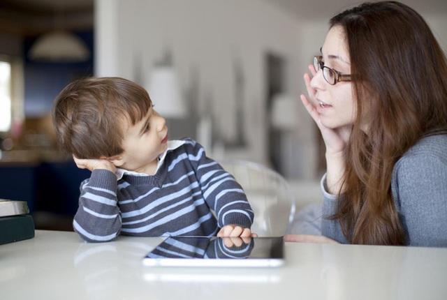 Những cuộc họp gia đình nho nhỏ, nơi các thành viên nhẹ nhàng chia sẻ, đóng góp ý kiến sẽ tốt cho cả trẻ và bố mẹ. Ảnh minh họa.