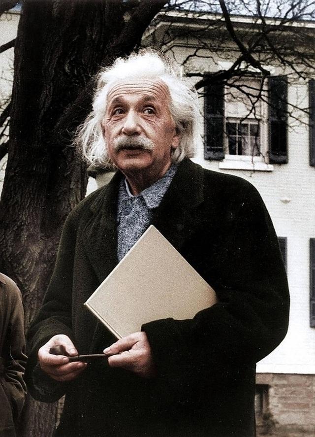 Nhà bác học thiên tài Albert Einstein là người hay tưởng tượng.