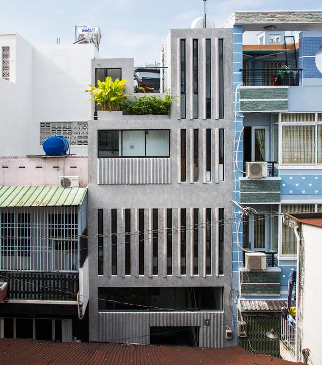 Trên diện tích chỉ vẻn vẹn 18m2, ngôi nhà được xây dựng 3 tầng với tầng 1 là không gian dành cho bếp, nơi tiếp khách và khu để xe.