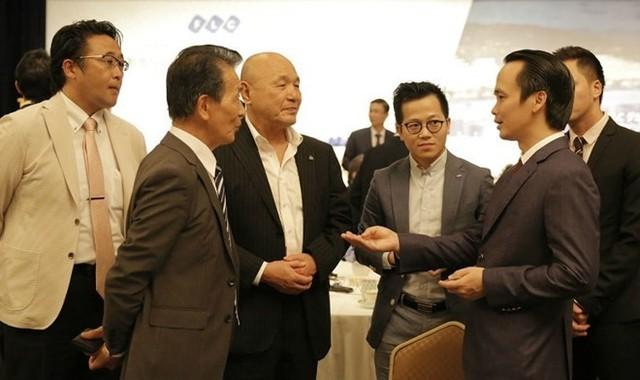 Chủ tịch Tập đoàn FLC Trịnh Văn Quyết (bên phải) thảo luận có những nhà đầu tư Nhật Bản ởsự kiện ra mắt tiềm năng BDS nghỉ dưỡng Việt Nam vừa được tổ chức ở Tokyo, Nhật Bản