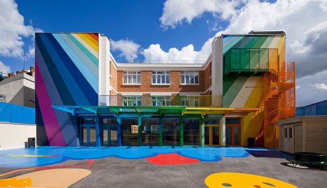 Được xây dựng từ những năm 1940, ngôi trường mần non của Pháp mang tên École Maternelle Pajol là một công trình kiến trúc rực rỡ sắc màu. Cách phối màu cầu vồng từ lớp sơn tường bên trong cho đến những đồ nội thất bên trong khiến cho trẻ vô cùng thích thú.