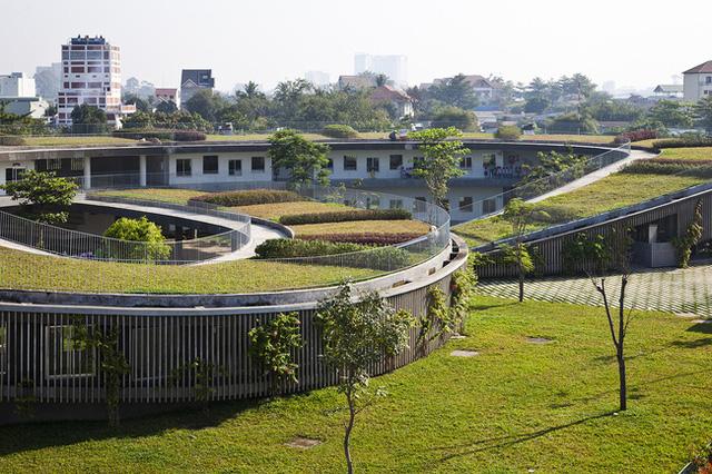 Thiết kế độc đáo của công trình kiến trúc này nằm ở phần mái vòm được che phủ bằng lớp cỏ xanh mướt, tạo nên sự kết nối tuyệt vời giữa trẻ nhỏ với thiên nhiên.