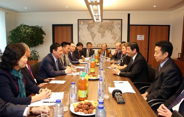 Phó Thủ tướng Chính phủ Vương Đình Huệ hội kiến với Tổng Thư ký của Tổ chức Hải quan thế giới (WCO) Kunio Mikuriya. Ảnh: VGP/Thành Chung