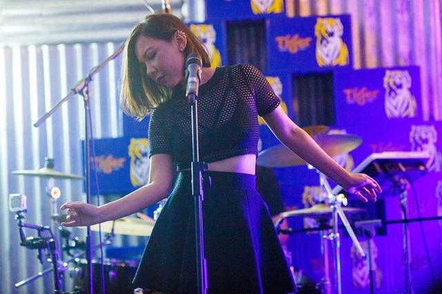 Từ một cô bé tự ti, Rozella đã trở thành một ca sĩ - nhạc sĩ có tiếng ở Malaysia.