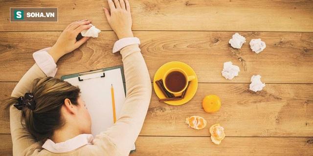 Thay thế nước bằng những đồ uống thay thế khác như cà phê, bia hay các đồ uống chứa đường chỉ khiến cơ thể thêm mất nước