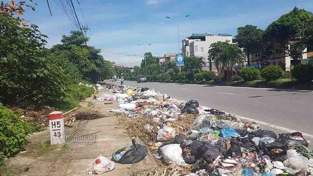 Rác ngập dưới lòng đường trên QL32 thuộc phường Phú Thịnh