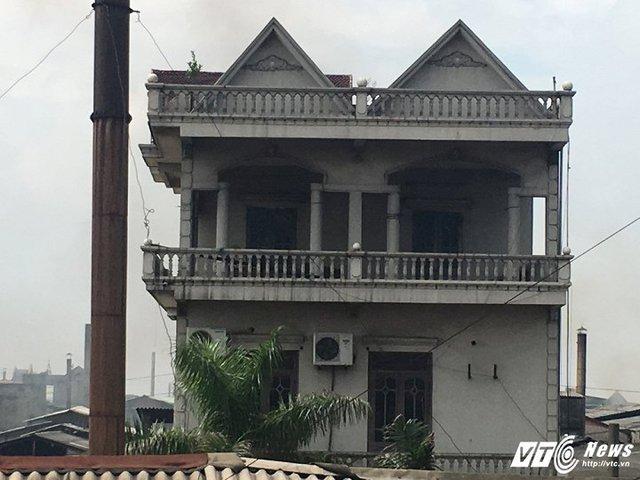 Một ngôi nhà cạnh cơ sở sản xuất bị ám khói đen kịt.