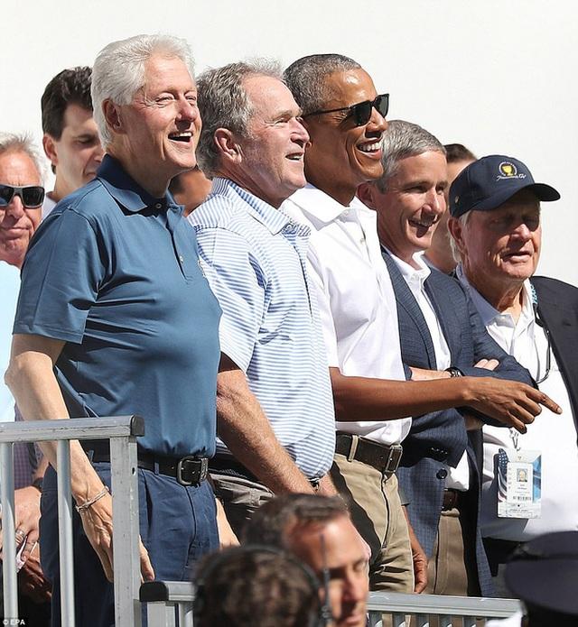 Các cựu Tổng thống cười rạng rỡ trong buổi khai mạc giải golf Presidents Cup.