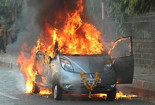 Một chiếc Tata Nano bị bốc cháy trên đường phố Mumbai ngay khi được chủ nhân lái từ showroom về nhà, gây tranh cãi về chất lượng và độ an toàn của xe.