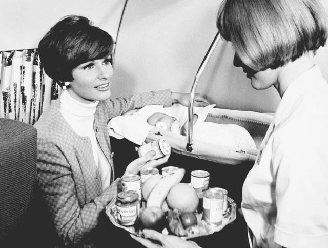 Hình ảnh một người phụ nữ với em bé của mình trong chuyến bay năm 1968 đang yêu cầu tiếp viên mang đến cho mình một lọ thức ăn dành cho trẻ em. Đây cũng là năm mà hãng hàng không Scandinavian Airlines bắt đầu mở thêm dịch vụ cho khách hàng là trẻ em.
