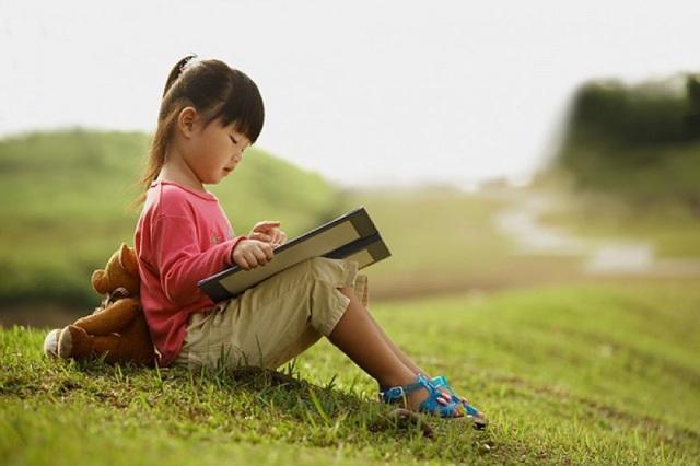 Những đứa trẻ thích đọc sách, thích được tiếp xúc với những quyển sách cho thấy khả năng bé rất thông minh, lanh lợi (Ảnh minh họa).