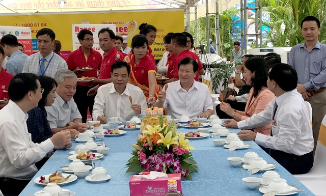 Phó Thủ tướng và lãnh đạo một số bộ, ngành thưởng thức các món ăn từ cá tra tại Hội chợ. Ảnh: VGP/Xuân Tuyến