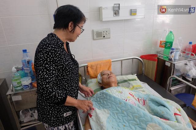 Thầy Chương đang được gia đình chăm sóc tại bệnh viện.