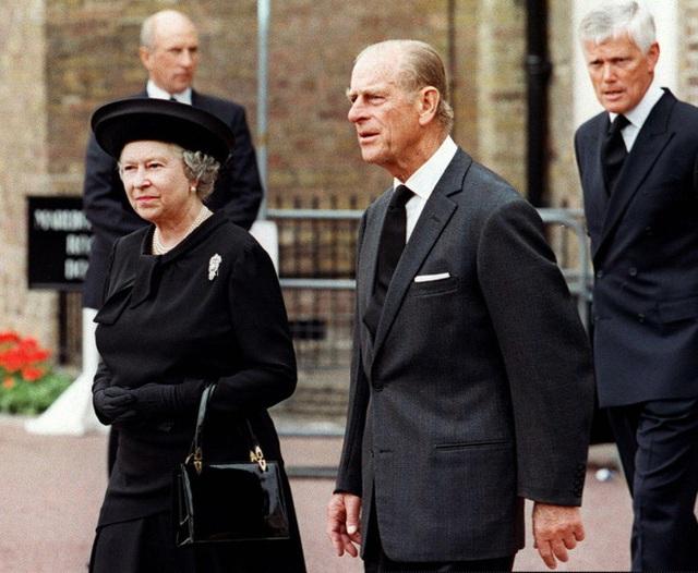 Nữ hoàng Elizabeth và Hoàng thân Philip cũng không mấy khi thể hiện tình cảm chốn đông người.