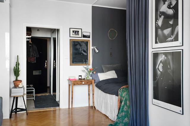 Từ lối vào không gian đầu tiên là khu nhà tắm, tiếp đến là không gian nghỉ ngơi, nơi tiếp khách, góc ăn uống và nhà bếp thoáng sáng cạnh cửa sổ.