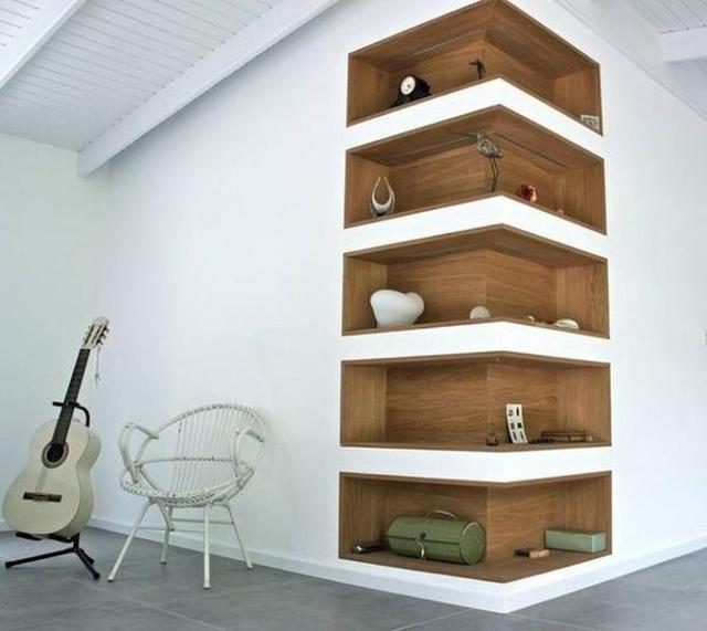 Góc tường nhỏ biến thành không gian trữ đồ tiện, đẹp.