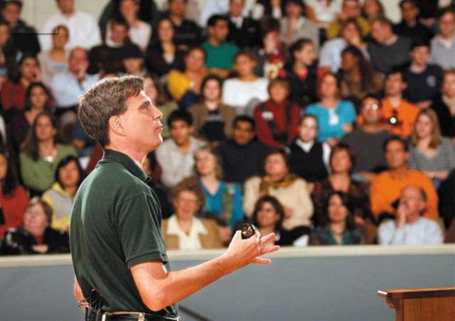 Giáo sư Pausch giải thích về cách ông đã đạt được ước mơ, cách ông giúp bạn bè mình cùng đạt được ước mơ của họ.