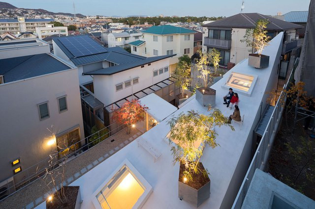 Khác hoàn toàn với những công trình nhà ở trong khu dân cư, mái của ngôi nhà này được thiết kế đặc biệt với cây xanh, ghế băng làm không gian thư giãn ngoài trời vô cùng lý tưởng.
