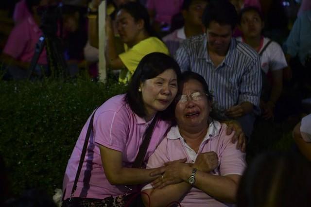 Dòng nước mắt trên gương mặt những người phụ nữ trước cửa bệnh viện Siriraj tại Bangkok.