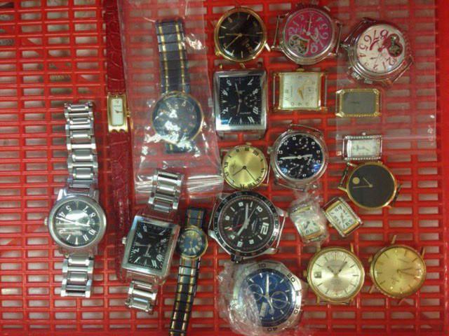 Tang vật thu giữ là 21 đồng hồ, mặt đồng hồ mang nhãn hiệu nổi tiếng có xuất xứ từ Thụy Sỹ