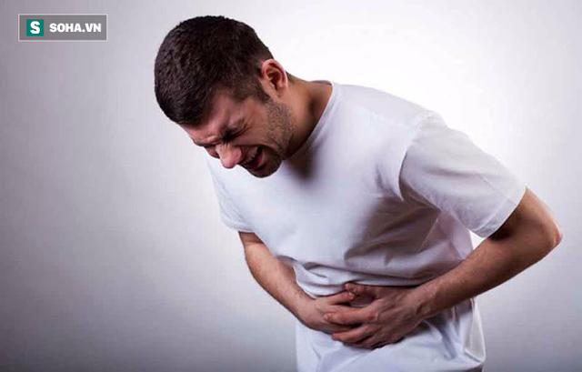 Đau quặn bụng là một triệu chứng đặc trưng do tắc nghẽn hoặc sỏi mật.